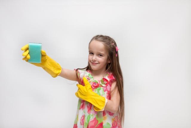 掃除する少女